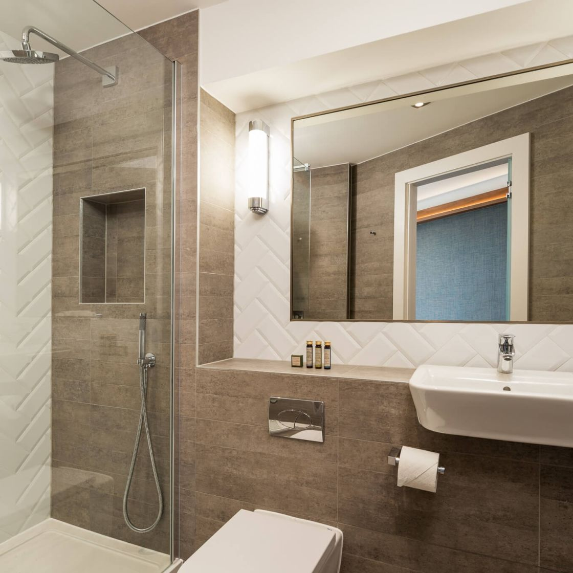 Student Apartment in London. Ensuite Bathroom with power shower. IconInc @ Roomzzz