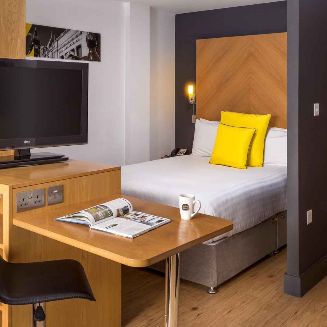Smart Studio Student Apartment in Leeds with King Size Bed, Desk and TV. IconInc @ Roomzzz Leeds City West