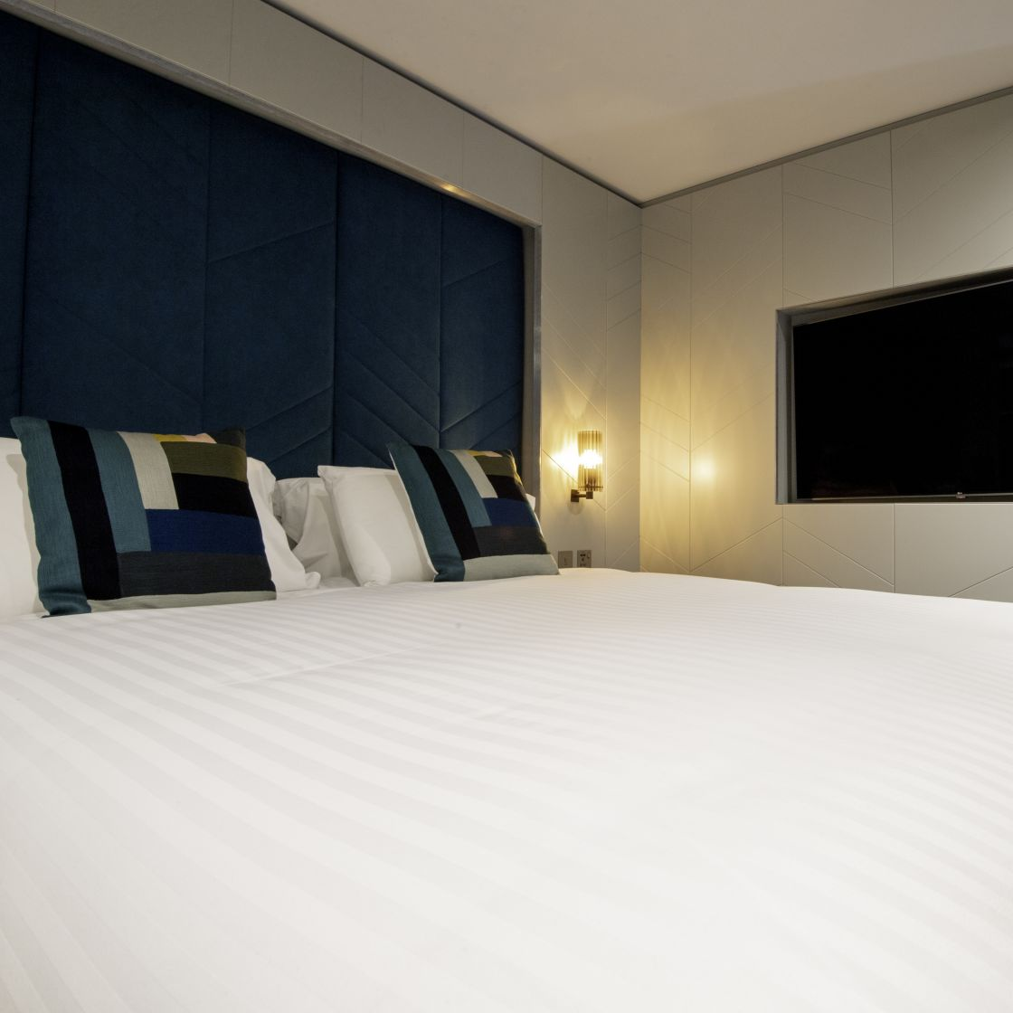 Smart Studio Student Apartment in Newcastle. King Size Bed and Flat Screen TV. IconInc @ Roomzzz