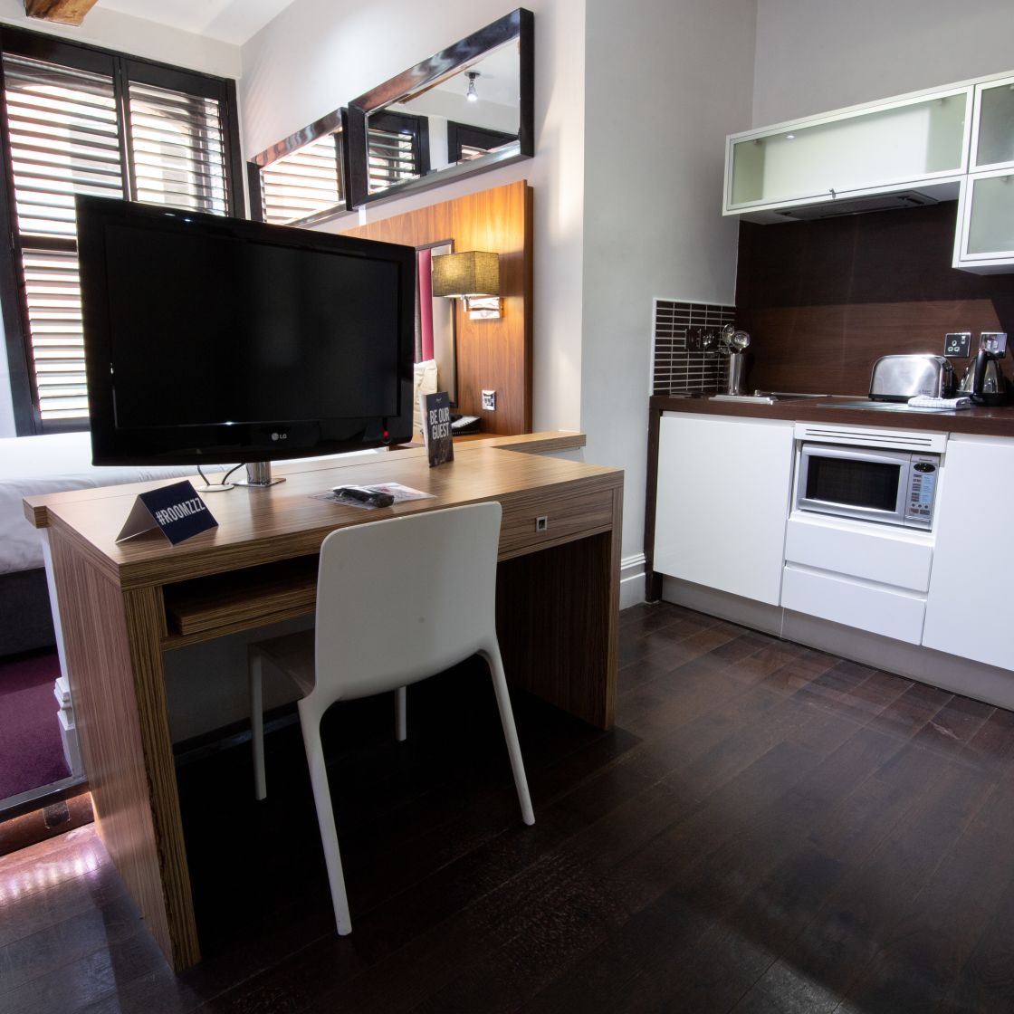 Grande Studio Student Apartment in Manchester. Fully Equipped Kitchen. Desk and TV. IconInc @ Roomzzz