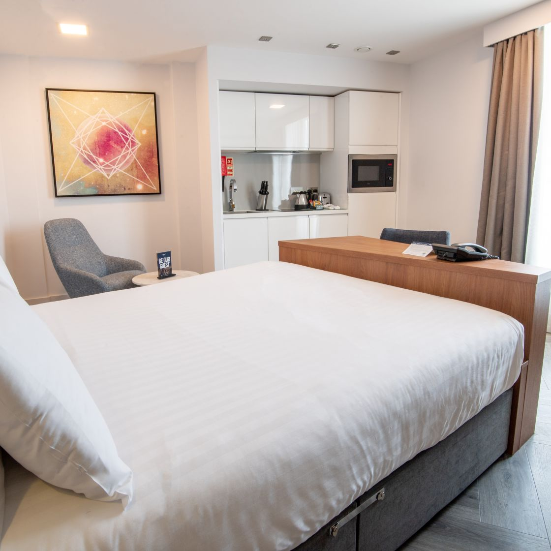 Smart Studio Studio Apartment in London. King Size Bed and Fitted Kitchen. IconInc @ Roomzzz
