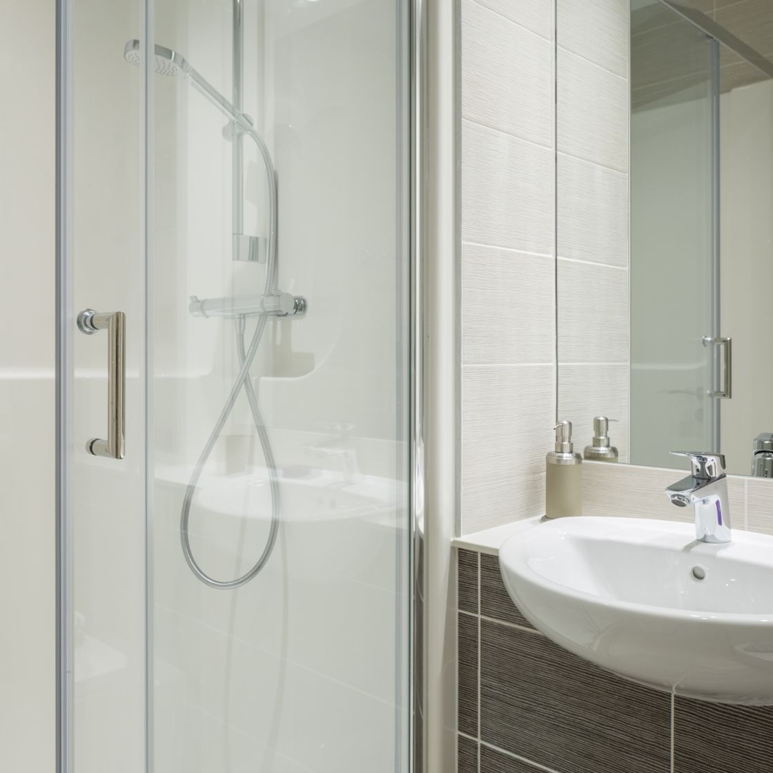 Elegance Student Apartment in Liverpool. En-suite bathroom and walk in shower. IconInc, The Ascent