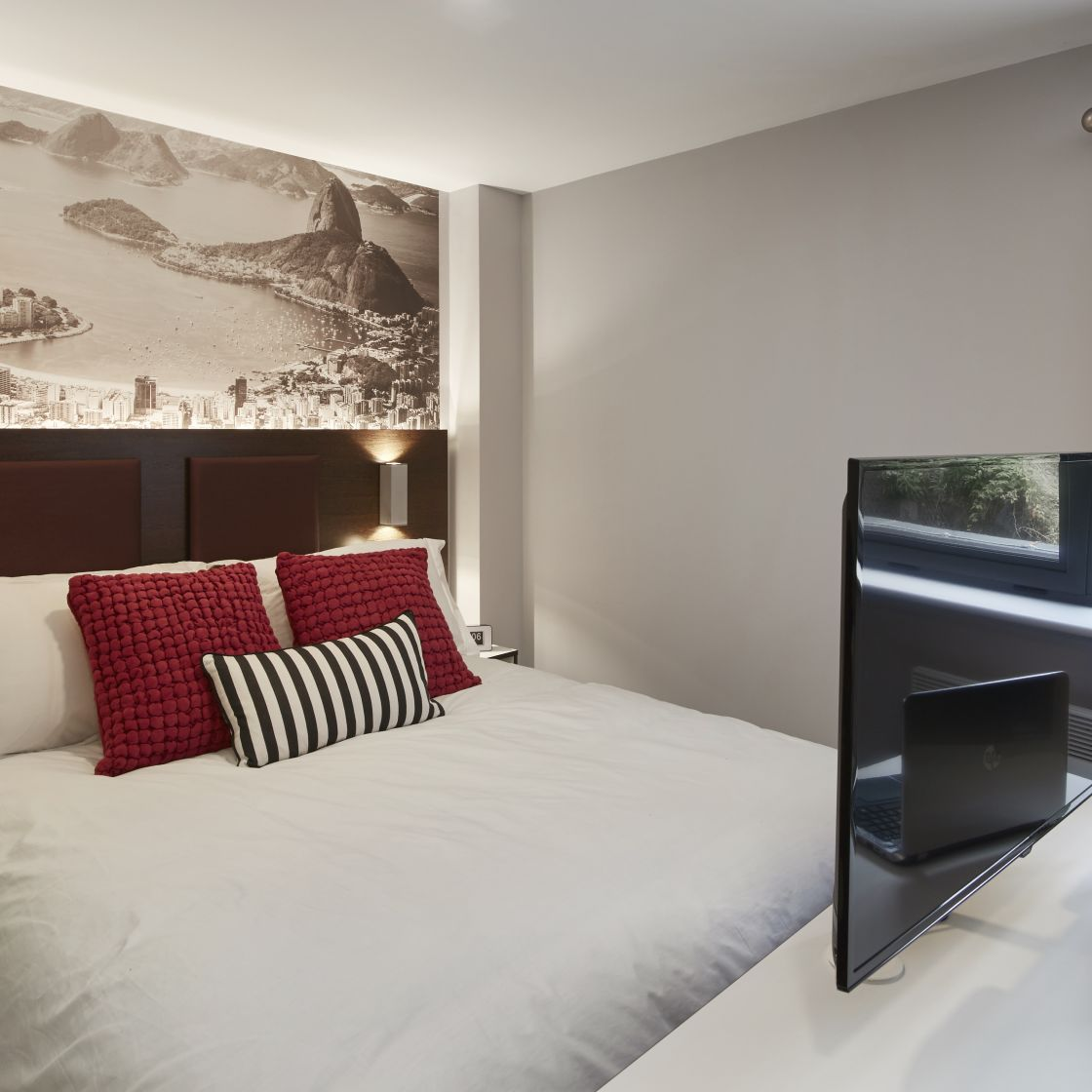 Elegance Student Apartment in Leeds with King Size Bed and Flat screen TV. IconInc, The Edge