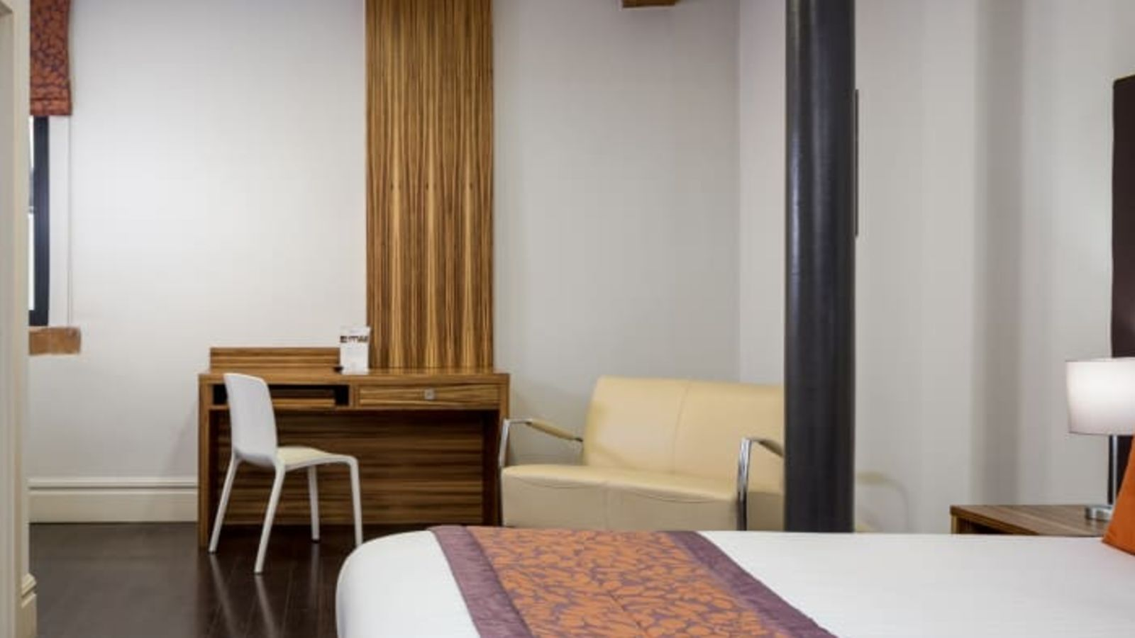 Smart Studio Student Apartment in Manchester. King Size Bed and Desk. IconInc @ Roomzzz