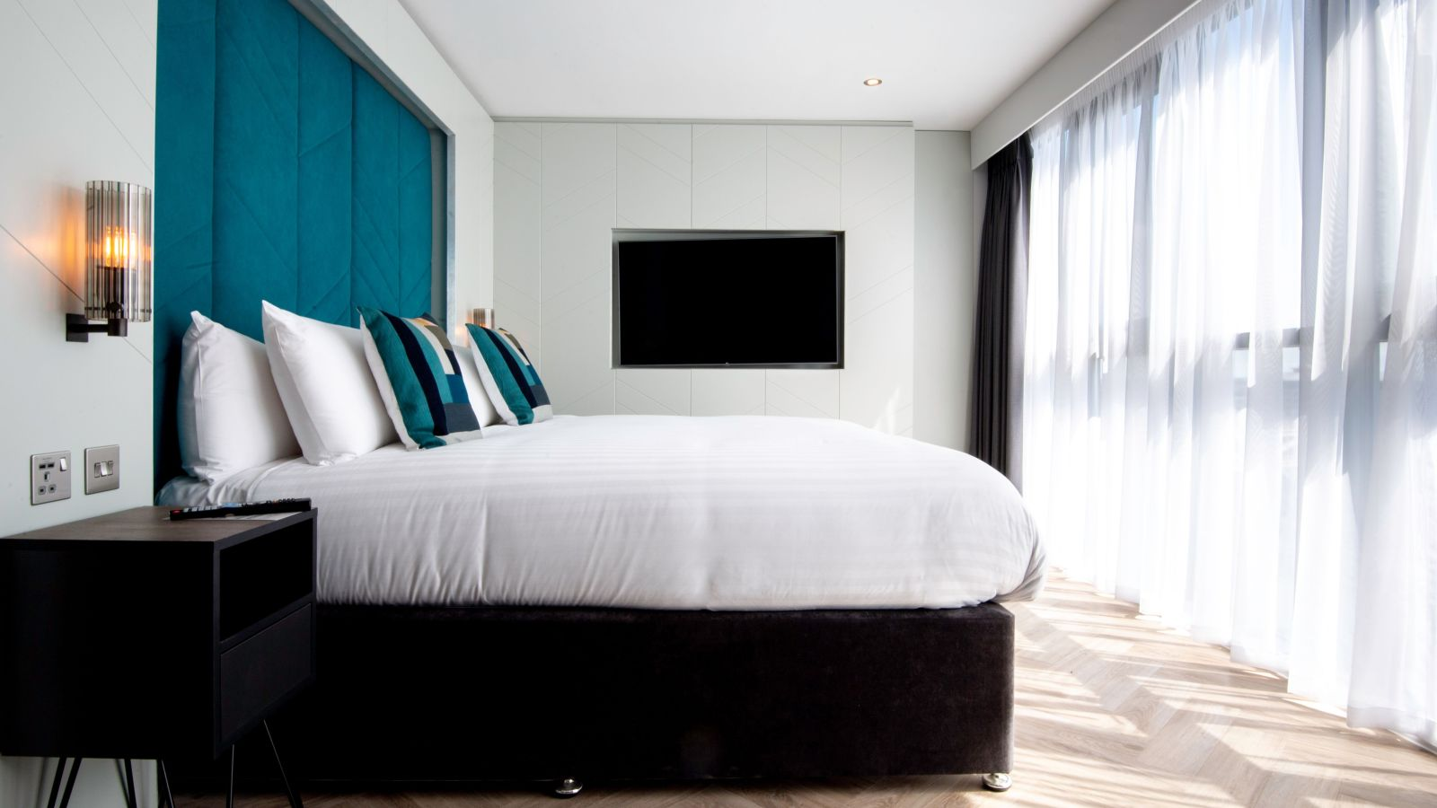 Smart Studio Student Apartment in Newcastle. King Size bed and Flat Screen TV. IconInc @ Roomzzz Newcastle