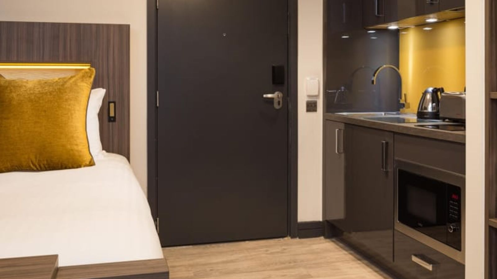 Neo Studio Student Apartment in Manchester with Fully Equipped Kitchen. IconInc @ Roomzzz