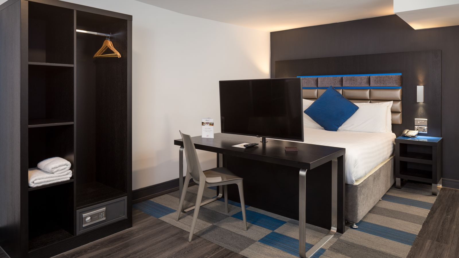 Grande Studio Student Apartment in Chester. King Size Bed, Desk and Safe. IconInc @ Roomzzz