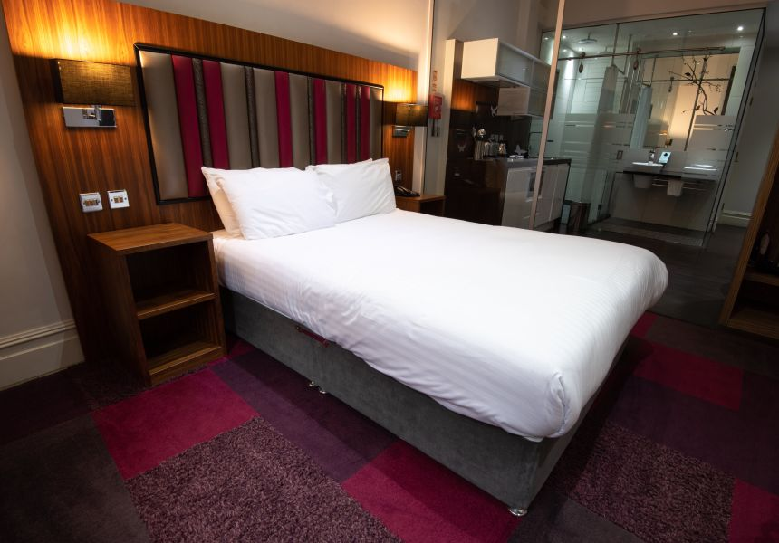 Smart Studio Student Apartment in Manchester. King Size Bed and Kitchen. IconInc @ Roomzzz