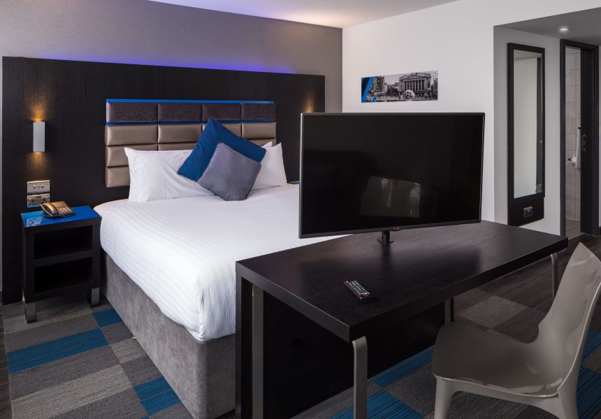 Smart Studio Studio Apartment in Nottingham. King Size Bed and desk. IconInc @ Roomzzz