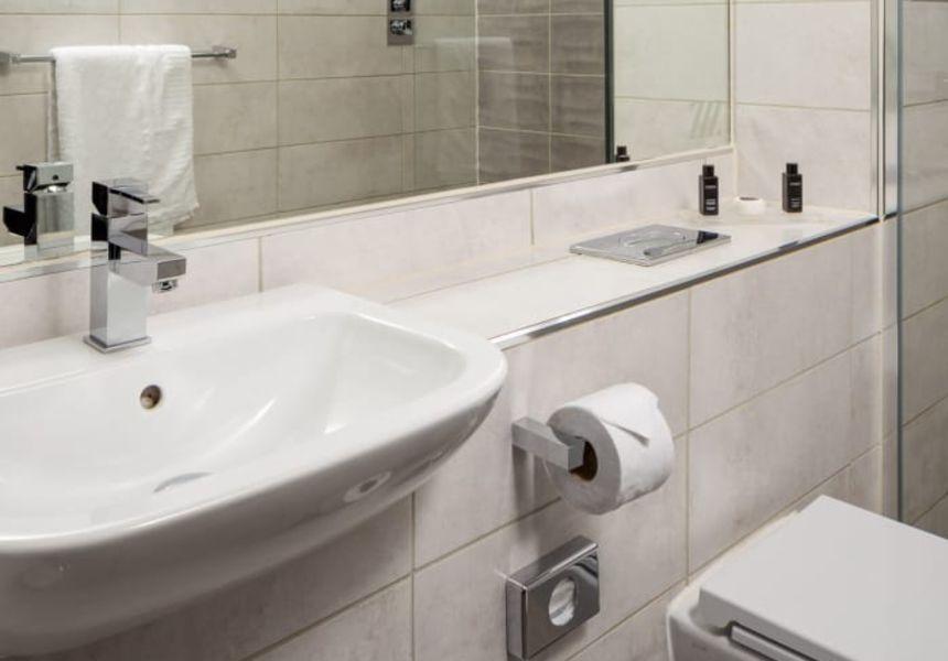 Smart Studio Student Apartment in Nottingham Ensuite bathroom. IconInc @ Roomzzz