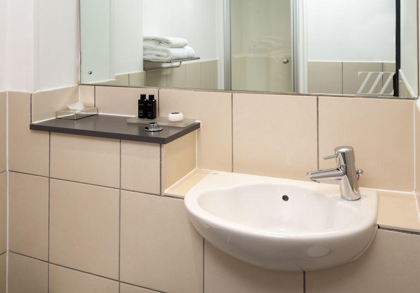 Smart Studio student apartment in Leeds. En-suite Bathroom. IconInc @ Roomzzz Leeds City West