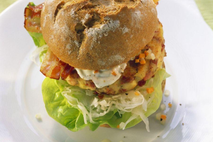 Burger mit verlorenem Ei, Speck und Salat