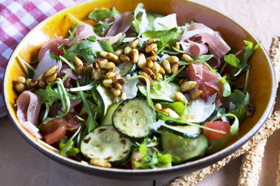 Blattsalat mit Schinken und Pinienkernen
