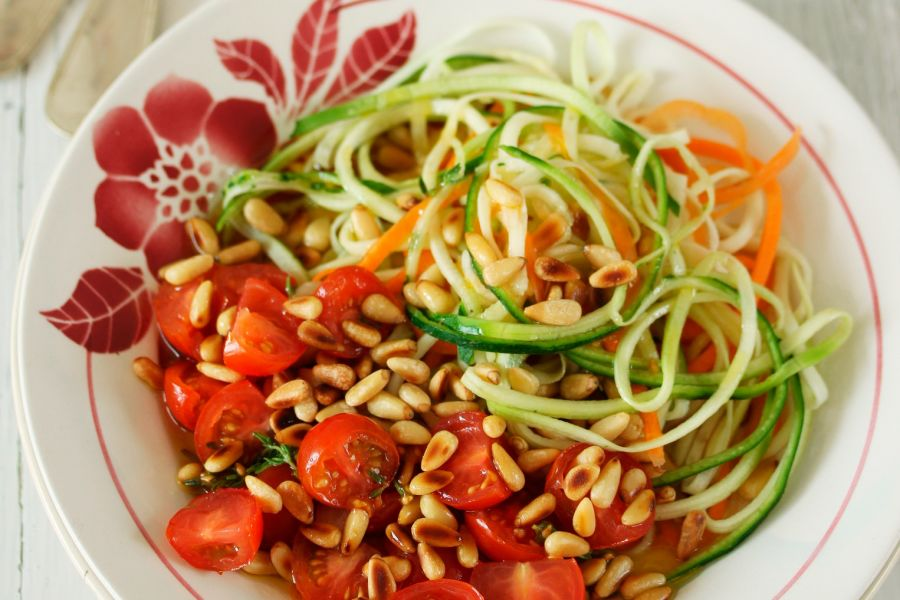 Möhren-Zucchini-Spaghetti mit marinierten Tomaten