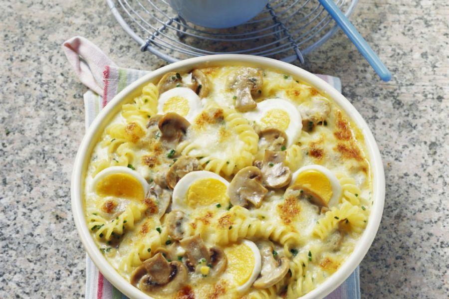 Überbackene Nudelpfanne mit Pilzen & Eiern