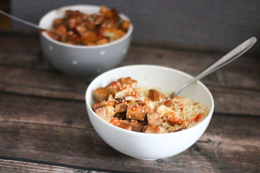 Mie-Nudeln mit Tofu und Blumenkohl
