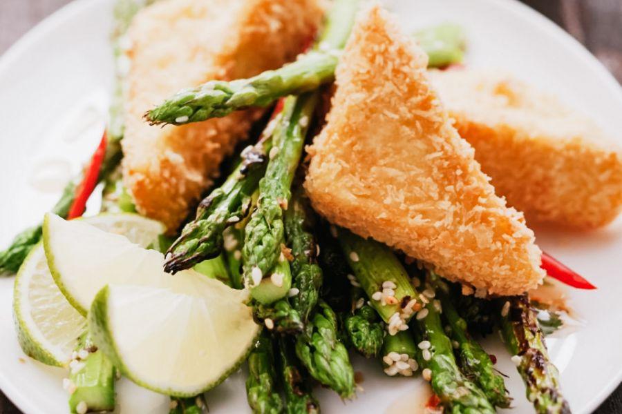 Knusprige Tofu-Schnitzel mit Spargel