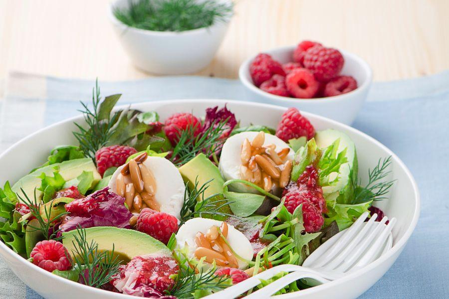 Blattsalat mit Avocado, Himbeeren und Ziegenkäse