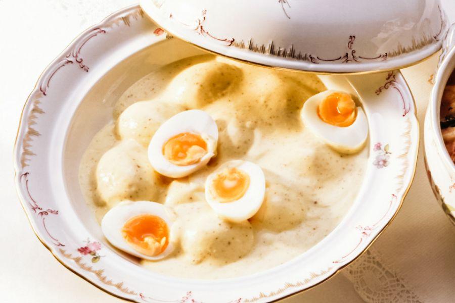 Eier in cremiger Senfsauce