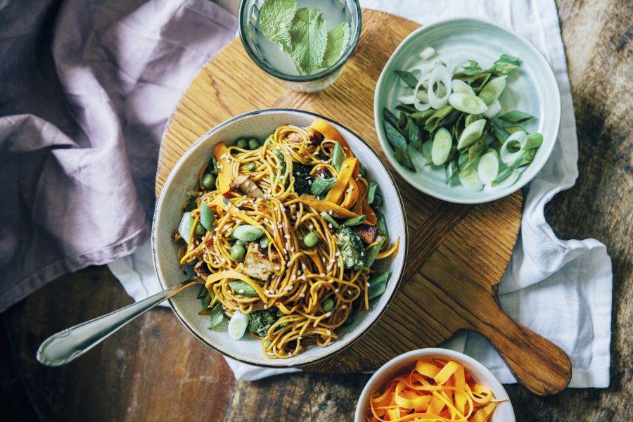 Asia-Nudeln mit Möhren, Erbsen und Sesam