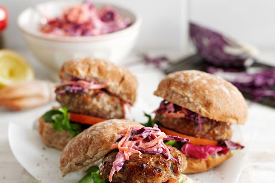 Schweinefleischburger mit Salbei und Rotkohlsalat