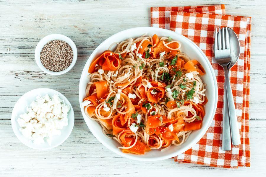 Möhren-Vollkornspaghetti mit Schafskäse & Sesam