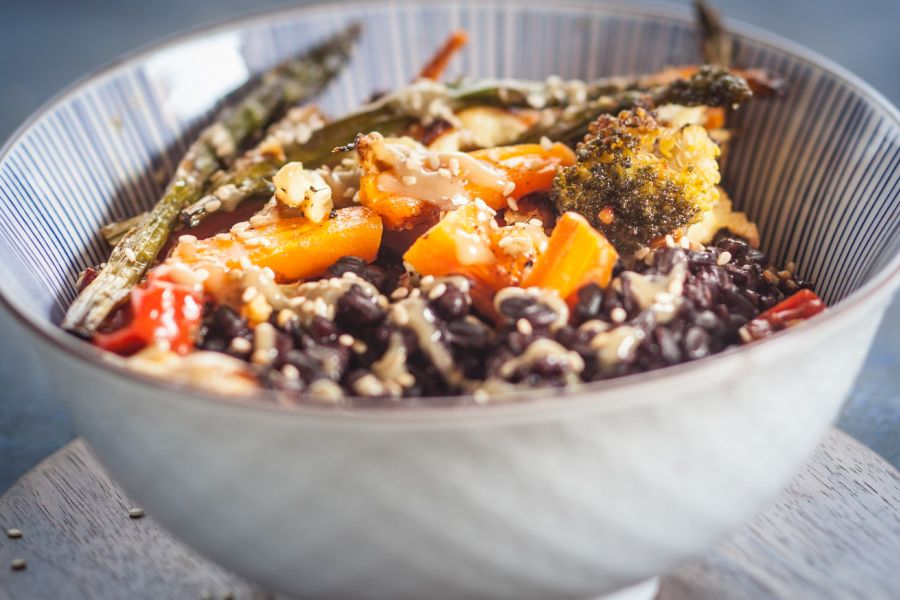 Vegane Bowl mit Röstgemüse und Tahini-Sauce