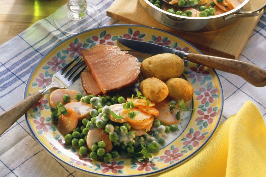 Kasseler mit buntem Gemüse und Kartoffeln