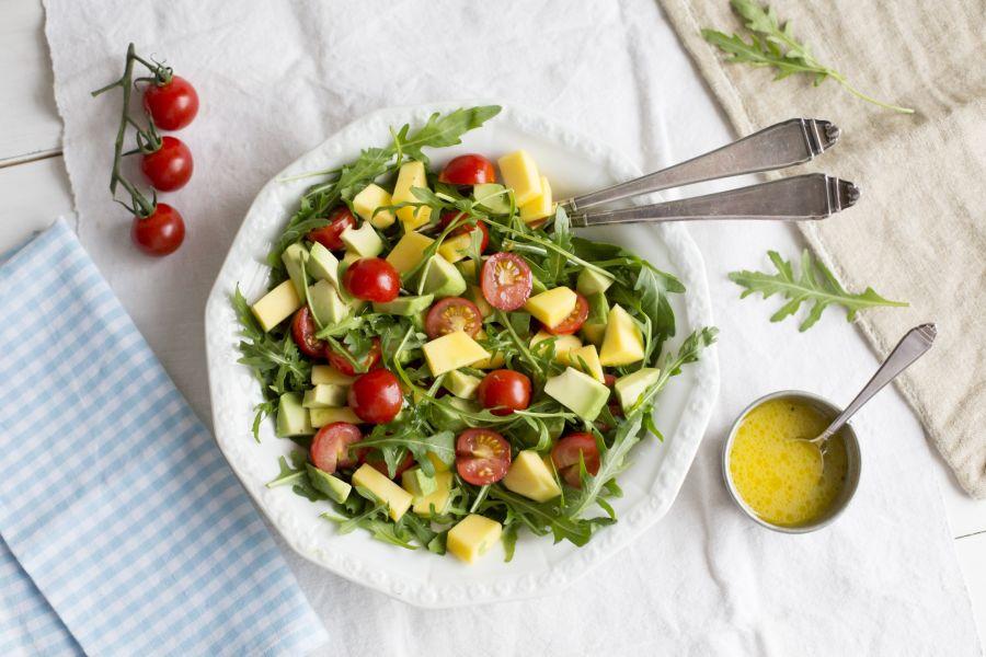 Avocado-Mango-Salat mit Rucola und Kirschtomaten