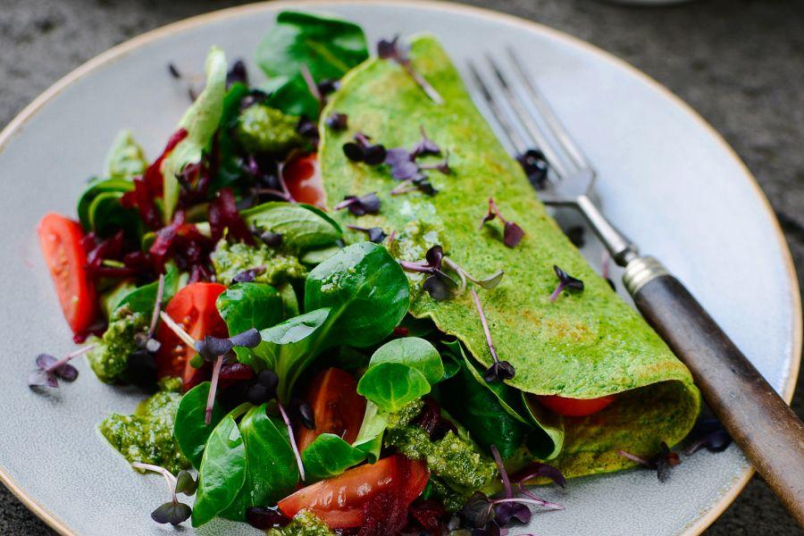 Spinat-Omelette mit Salat und Pesto