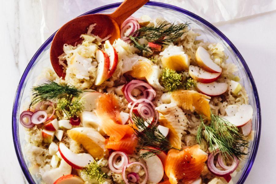 Fruchtiger Sauerkrautsalat mit geräuchertem Fisch