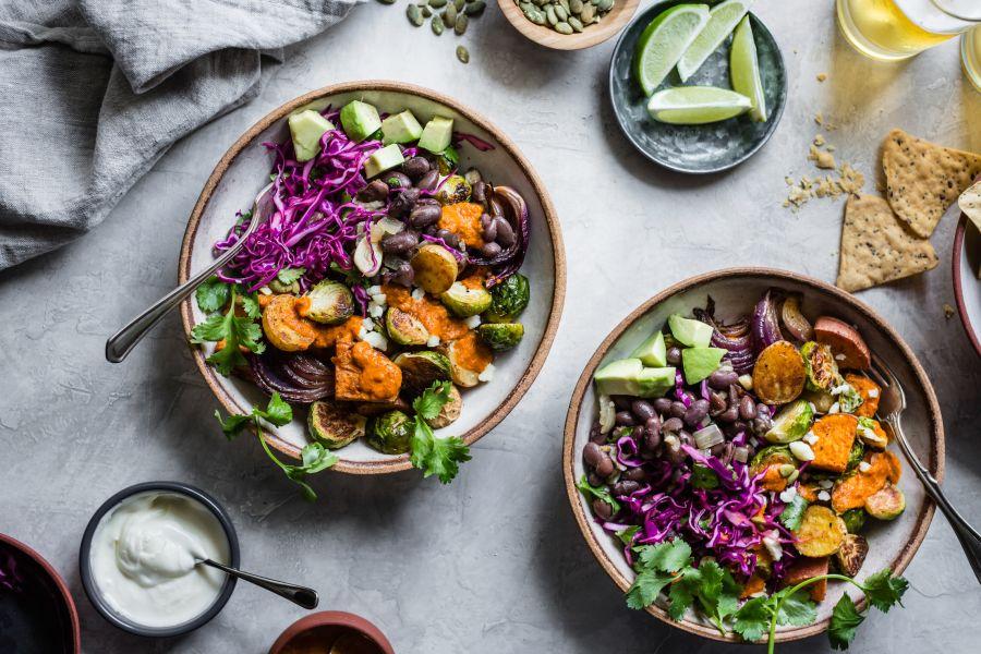 Veggie-Bowl mit Röstgemüse und Tortillachips