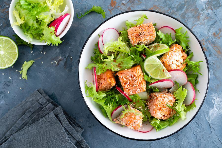 Sesam-Lachs mit Salat