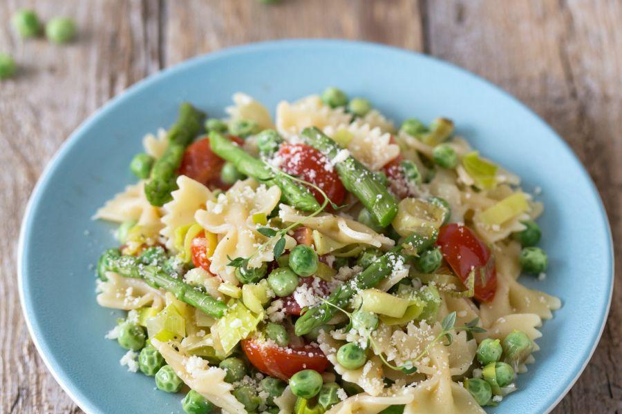 Pasta Primavera mit Spargel, Erbsen und Tomaten