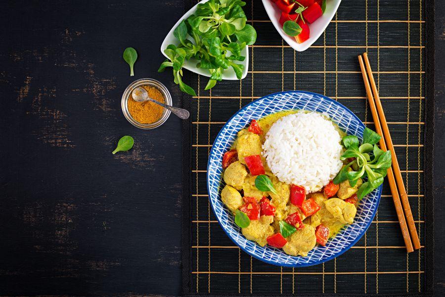 Paprika-Curry mit Hähnchen und Reis