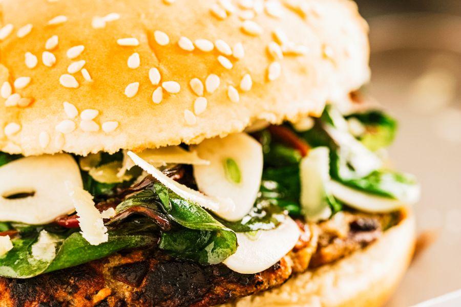 Burger mit Bohnenbratling, Spinat und Parmesan