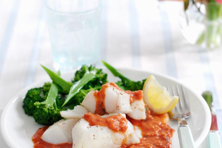 Fisch mit Tomatensauce und Brokkoli
