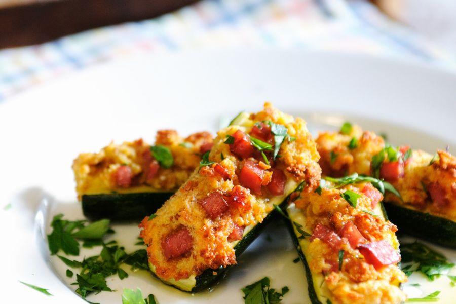 Gefüllte Zucchini mit Parmesan, Schinken & Ei
