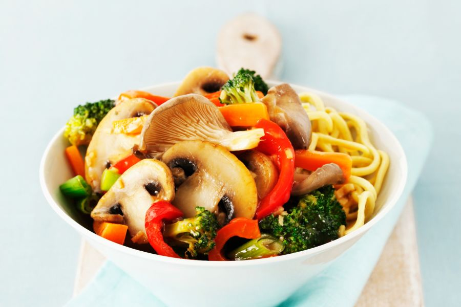 Asia-Nudeln mit gemischtem Gemüse