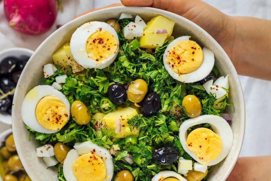 Kartoffelsalat mit Kräutern, Eiern und Oliven