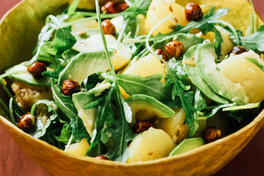 Kartoffel-Avocado-Salat mit Haselnüssen & Rucola