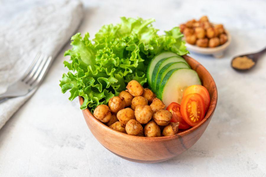 Salat mit knusprigen Kichererbsen