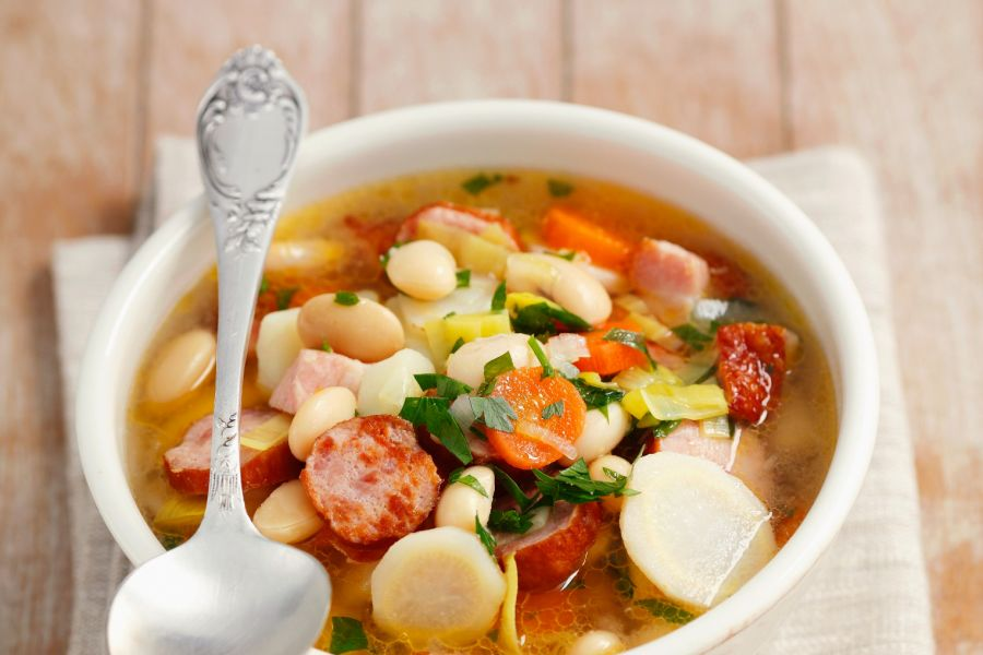 Gemüsesuppe mit Wurst, Bacon und weißen Bohnen