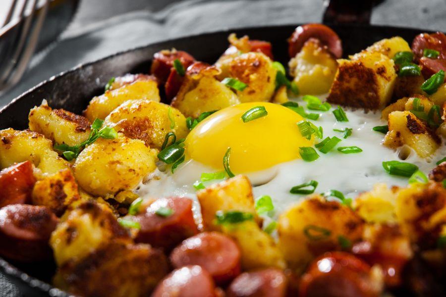 Bratkartoffeln mit Spiegelei & Gurkensalat