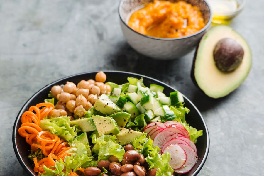 Gemischter Salat mit Süßkartoffelpüree