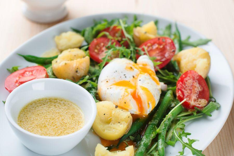 Salat mit Kartoffeln, Ei, Tomaten und Bohnen