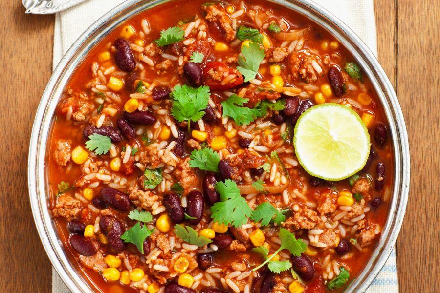 Reis mit Hackfleisch, Bohnen und Tomatensauce