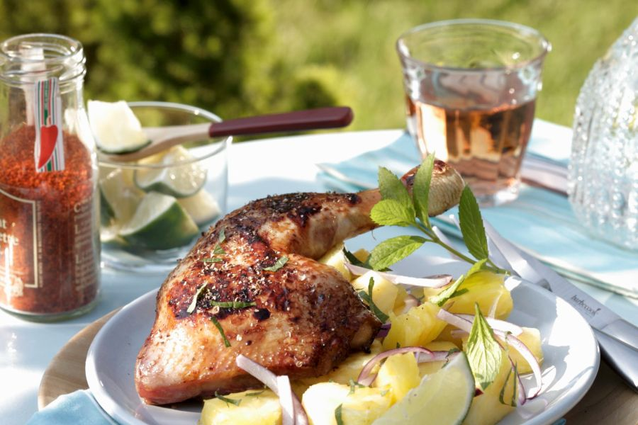 Gegrillte Hähnchenschenkel mit Kartoffelsalat