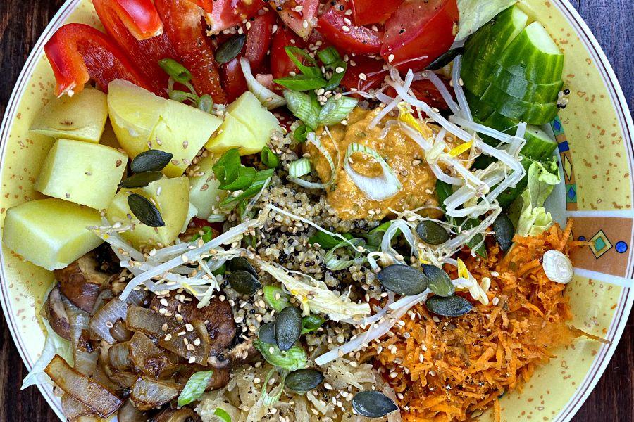 Quinoa-Bowl mit Kartoffeln