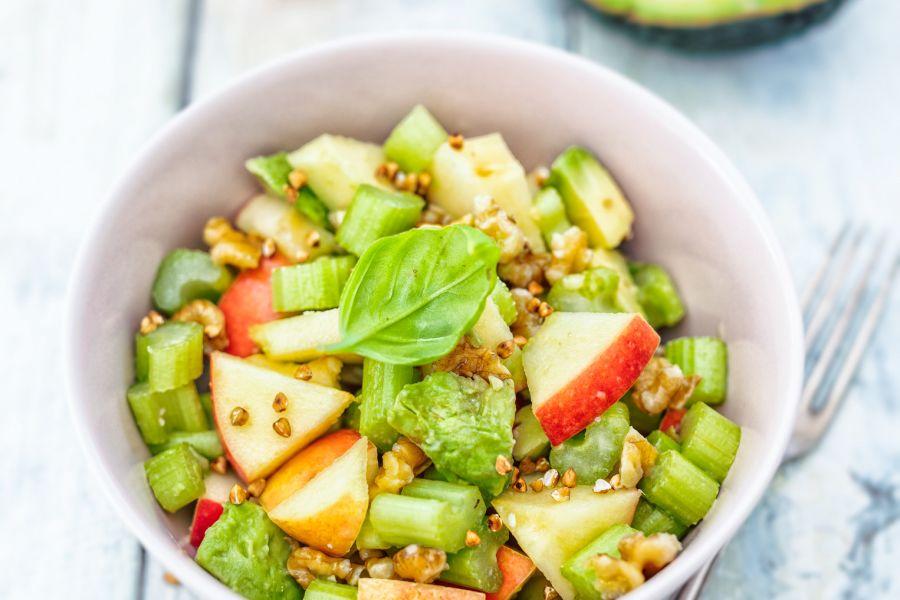 Salat mit Apfel, Sellerie, Avocado & Walnuss